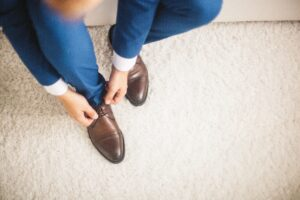 Bräutigam bindet sich die Schuhe für die Hochzeit