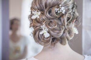 Hochsteckfrisur der Braut mit Blumen